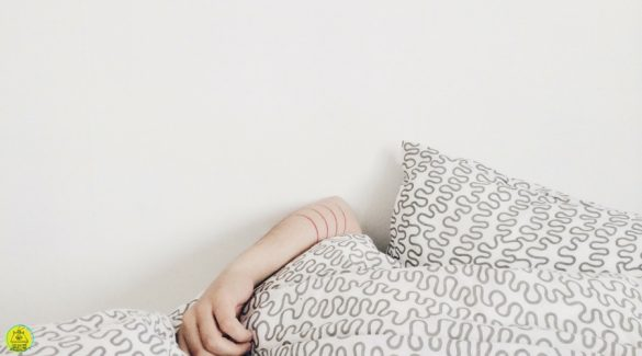 Een dekbed met een arm eronder vandaan