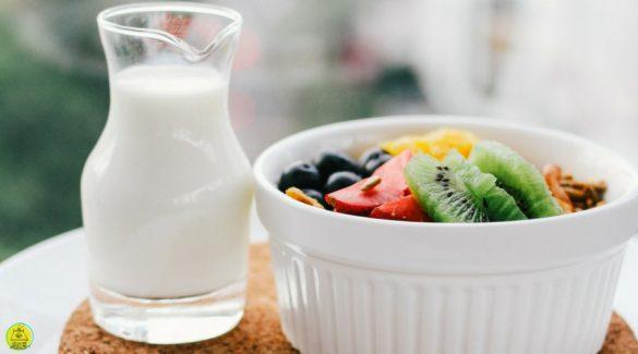 Melk en een schaal fruit voor een gezond ontbijt