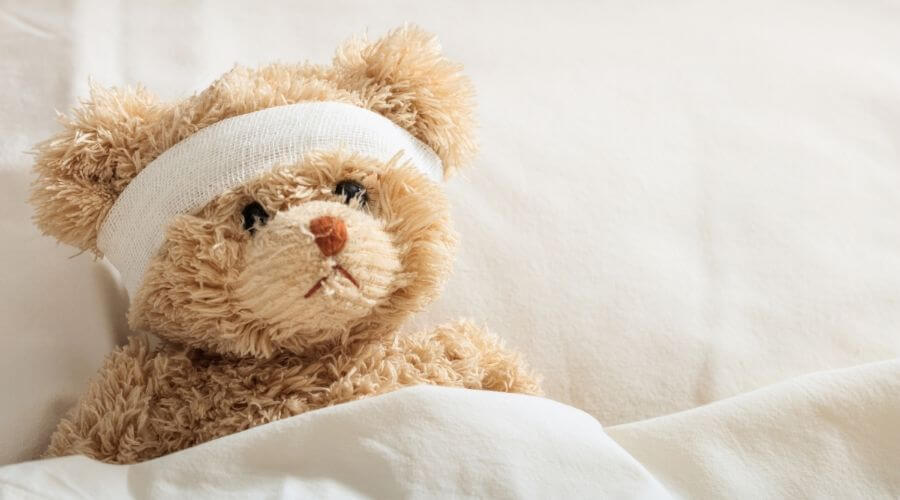 Fuzzy bear with bandage in bed, being sick - Zo run je het huishouden als je ziek bent