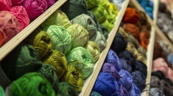 Kast vol met kleurrijke garens