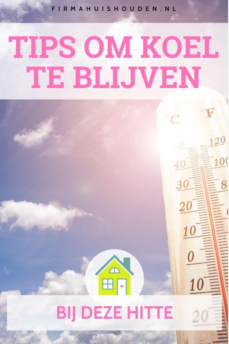 Blauwe lucht met hete zon en een thermometer