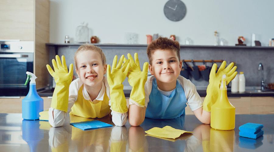 6 Manieren om opruimen en schoonmaken met kinderen leuk te maken