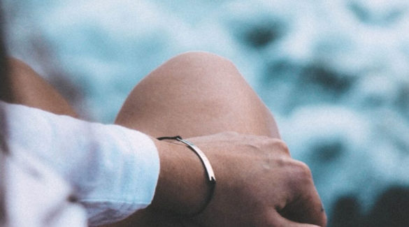 Vrouw met blote knie - sterke gewrichten