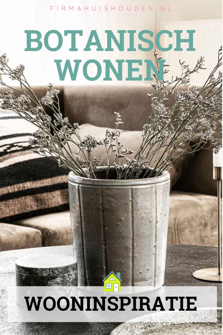 Woonkamer met tafel en vaas met lavendel - Wooninspiratie: Botanisch wonen