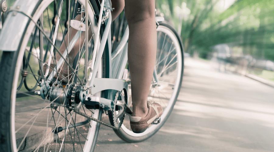 Fietsend kind over straat - 5 Manieren hoe ik mijn kinderen een gezonde leefstijl aanleerde