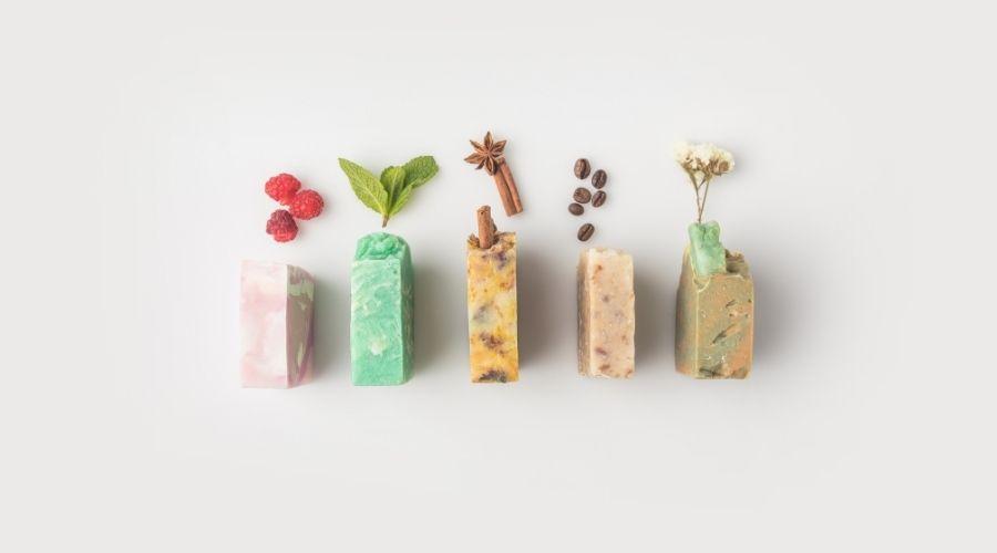 Zelfgemaakte zeep met verschillende geuren en kleuren