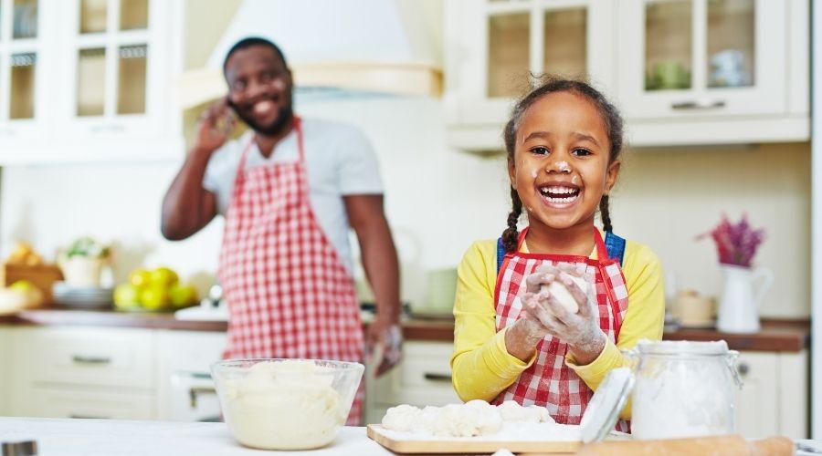 Kind in de keuken aan het bakken. Afbeelding bij artikel: Betrek je kinderen vaker bij het koken