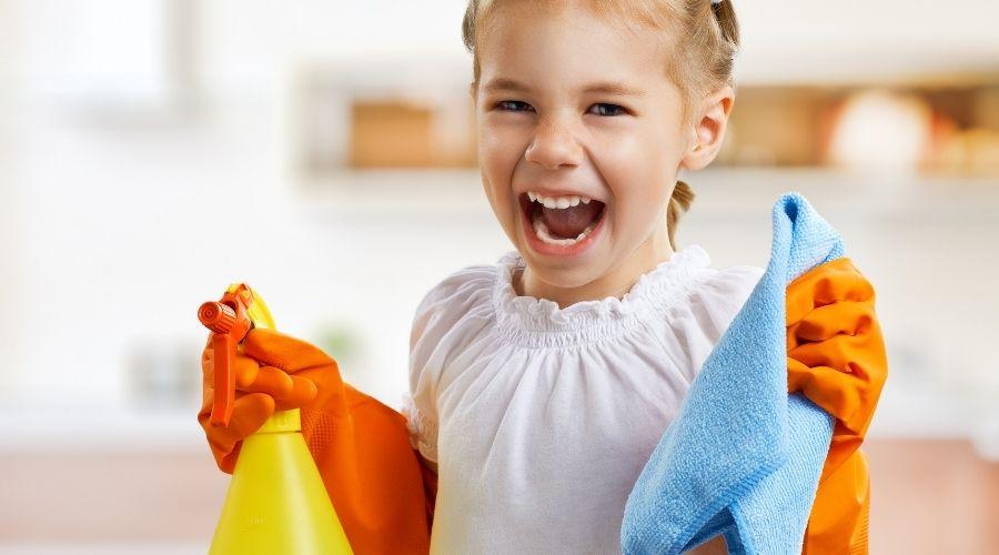 Kind aan het schoonmaken, afb. bij artikel: 6 Huishoudelijke basisregels die je kind moet weten